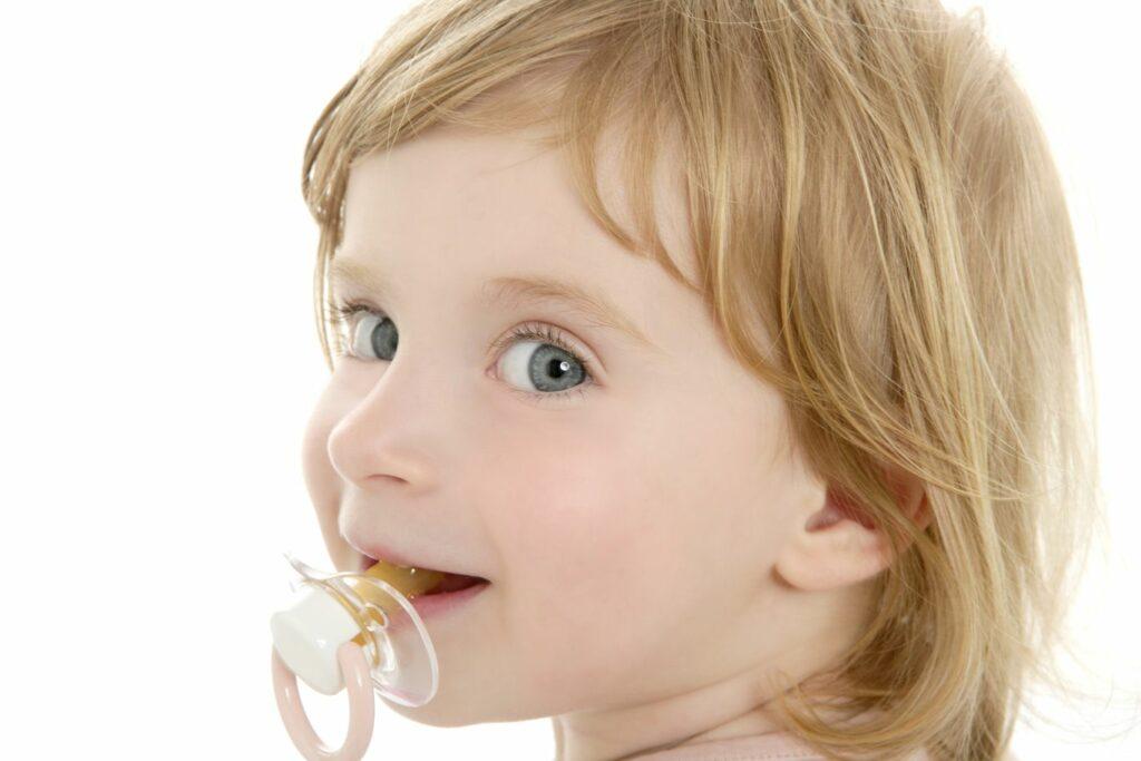 À quel âge votre enfant doit-il arrêter la tétine