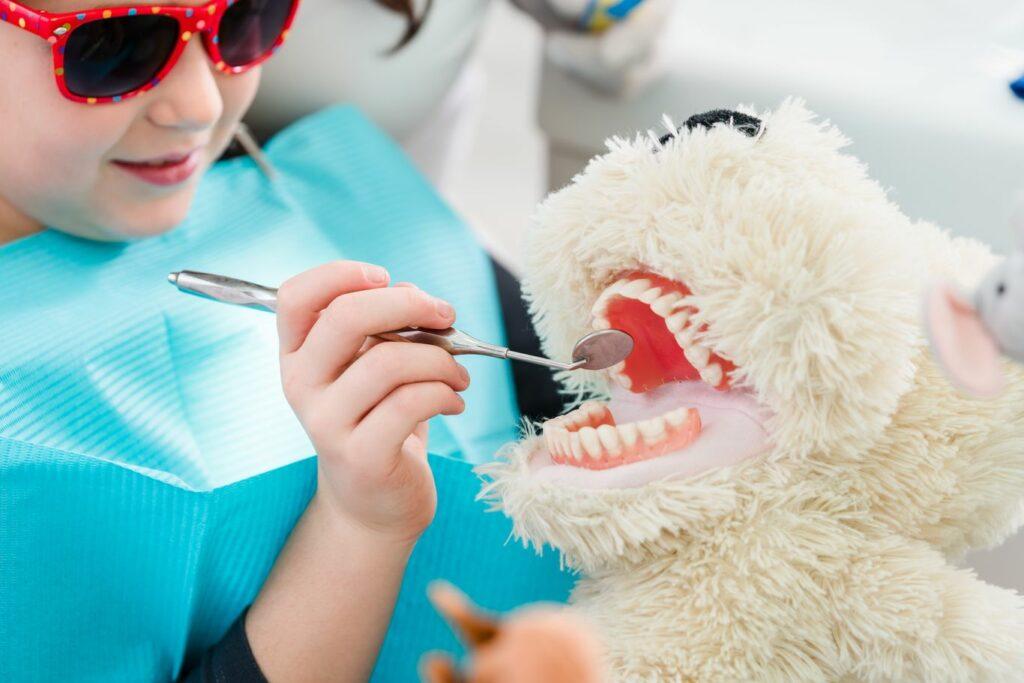 Préparer la visite chez le dentiste d'un enfant autiste