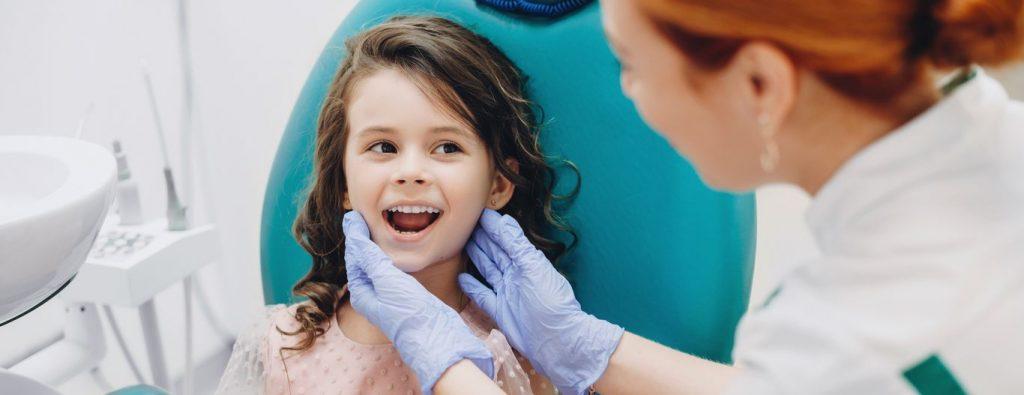 Petite fille en consultation pour bruxisme et que le dentiste trouve la cause