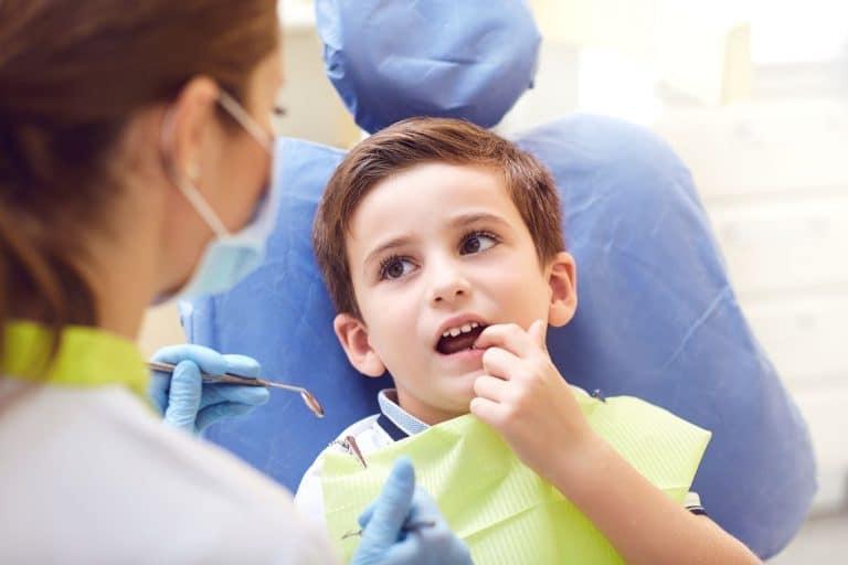 Enfant en consultation chez les dentiste pour une dent qui pousse dans le palais