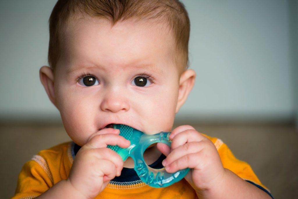 Poussée dentaire de bébé soulagée par un anneau de dentition