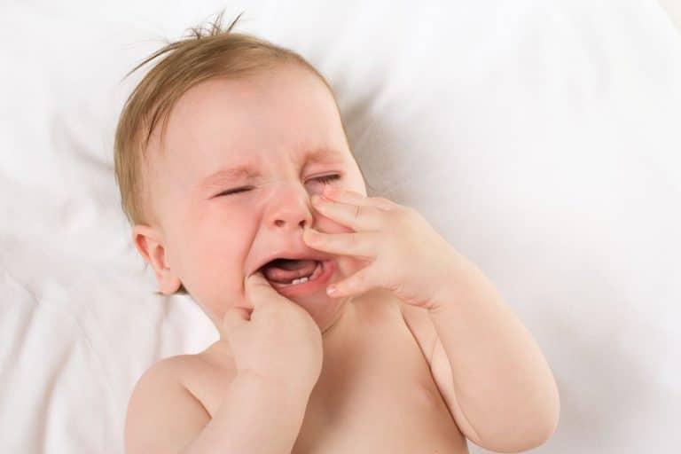 Symptôme visible de la poussée dentaire de bébé