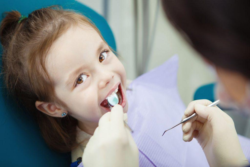 Petite fille en visite chez le dentiste pour enfant